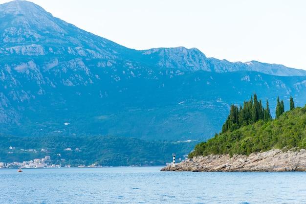 Vistas magníficas da baía de boka-kotorska, montenegro