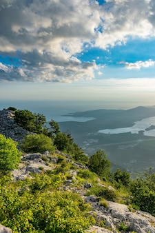 Vistas panorâmicas da baía de kotor abertas de um mirante no topo da montanha.