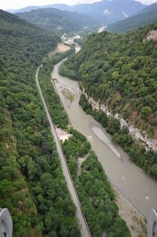 Vistas panorâmicas do desfiladeiro com a maior passarela de suspensão do mundo, sochi, rússia