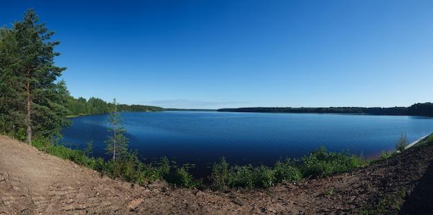 Vistas panorâmicas sobre o rio e a floresta nas margens
