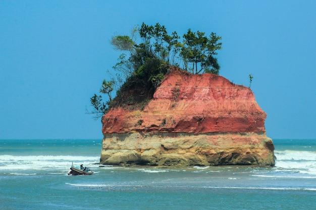 Vistas para o mar e pescadores com sua própria ilha no meio de um oceano azul