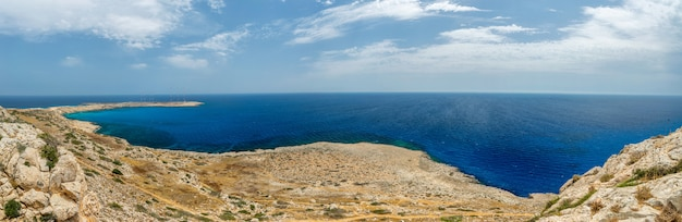 Vistas pitorescas do topo da montanha na costa do mediterrâneo.