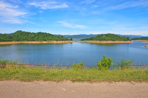 Vistas sobre o reservatório da barragem de kaengkrachan