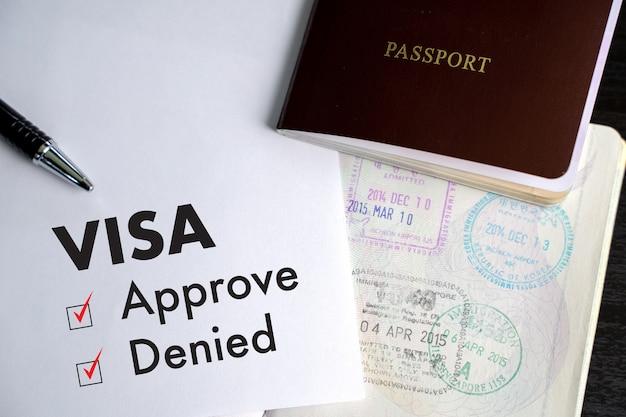 Visto e passaporte para aprovado carimbado em uma visão de topo do documento em visto de imigração aprovar