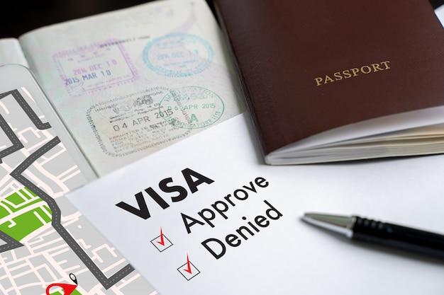 Visto e passaporte para aprovado estampado em uma vista de topo de documento em imigração