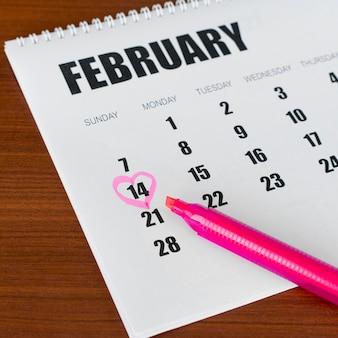 Visualização alta do calendário de papelaria, 14 de fevereiro, em formato de coração