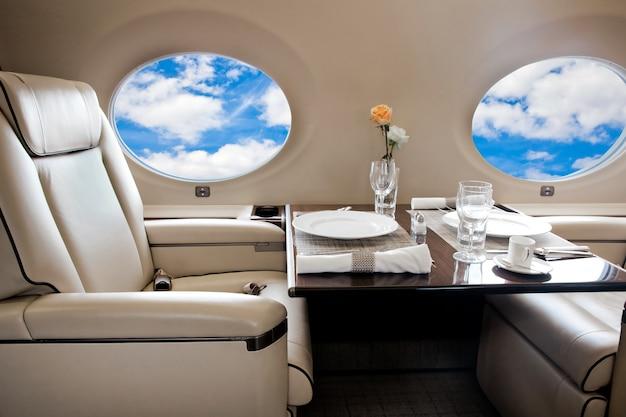 Visualização de nuvens na janela da aeronave, voo a jato executivo