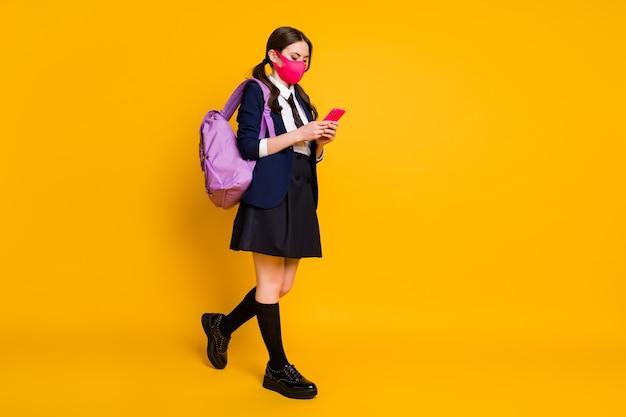 Visualização do tamanho total do corpo de uma estudante em foco usando a máscara de caminhada do telefone