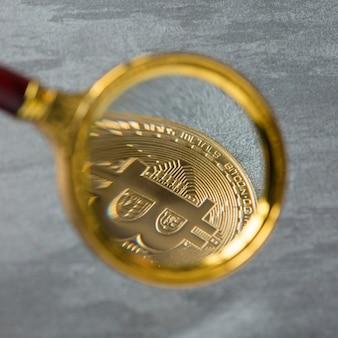 Visualização e aumento do bitcoin através de uma lupa. dinheiro eletronico