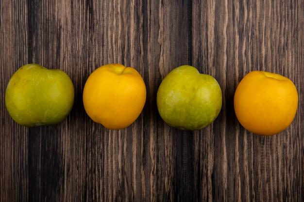 Visualização horizontal de frutas como pluots e nectacots em fundo de madeira