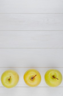Visualização horizontal de maçãs verdes na superfície de madeira com espaço de cópia