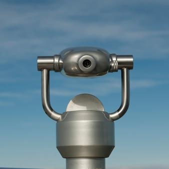 Visualizador binocular metálico no céu