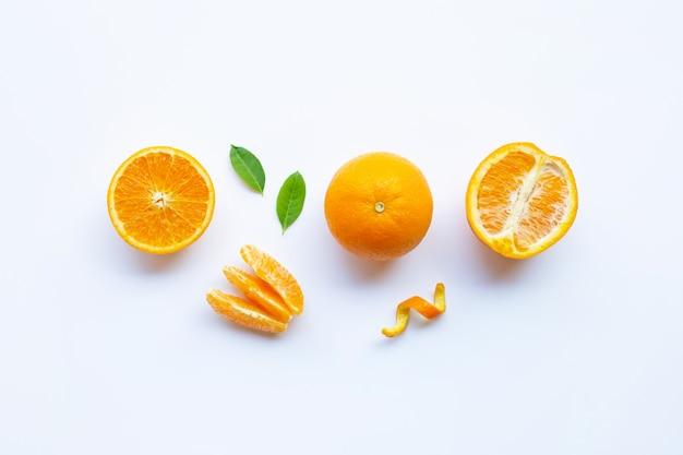 Vitamina alta c. citrinos alaranjados frescos com as folhas isoladas no branco.