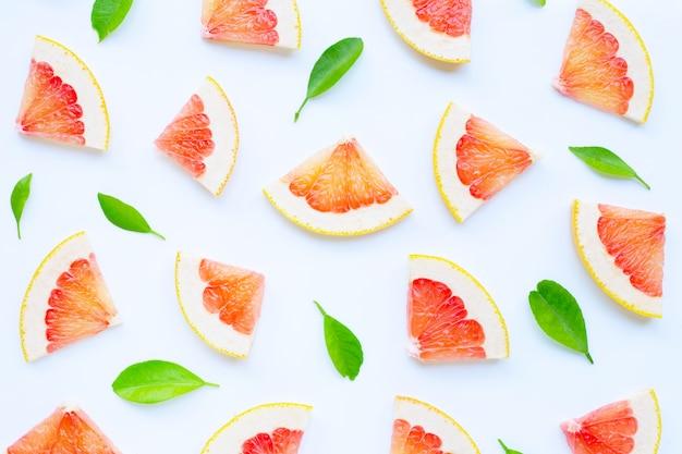 Vitamina c. fatias de toranja suculenta com folhas em branco