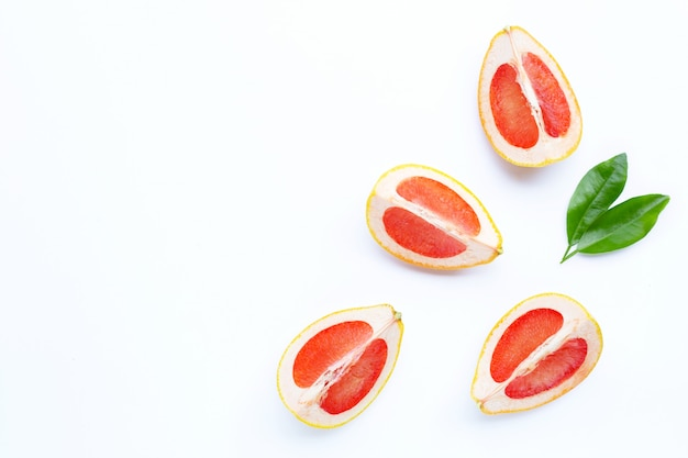 Vitamina c. fatias de toranja suculenta em branco.