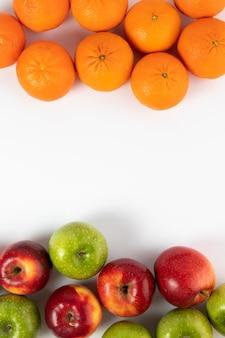 Vitamina de frutas coloridas enriquecida madura madura sobre um fundo branco