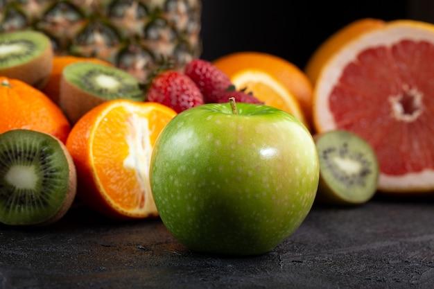 Vitamina madura suculenta colorida de maçã verde enriquecida com frutos maduros frescos isolados em cinza