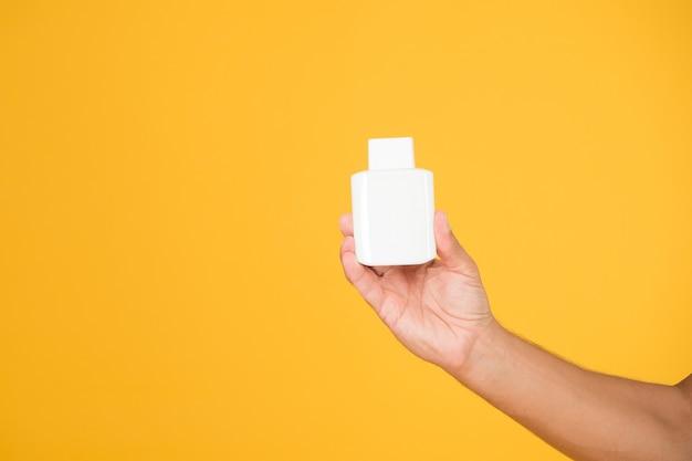 Vitamina para reforço imunológico. frasco de medicamento em branco na mão masculina. suplemento de vitamina d. previna a infecção com vírus. trate a doença coronavírus. cura para sars-cov-2. pandemia de covid-19, copie o espaço.