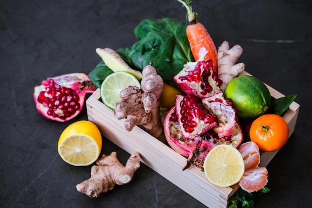 Vitaminas batidos de frutas frescas em potes de vidro com frutas