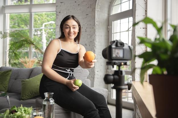 Vitaminas. blogueira caucasiana, mulher faz vlog sobre como fazer dieta e perder peso