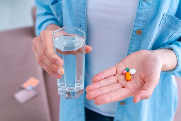Vitaminas e comprimidos para o bem-estar e tratamento de doenças. tomando pílulas