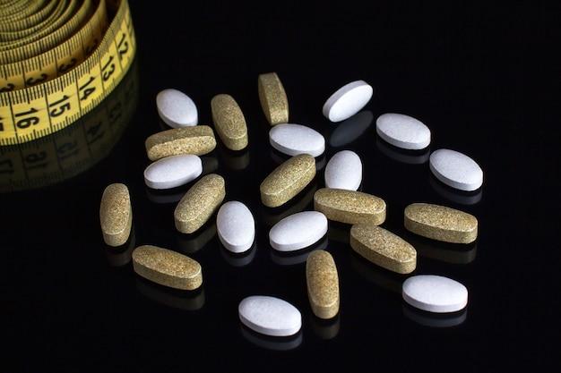 Vitaminas e suplementos dietéticos na mesa. comida saudável.