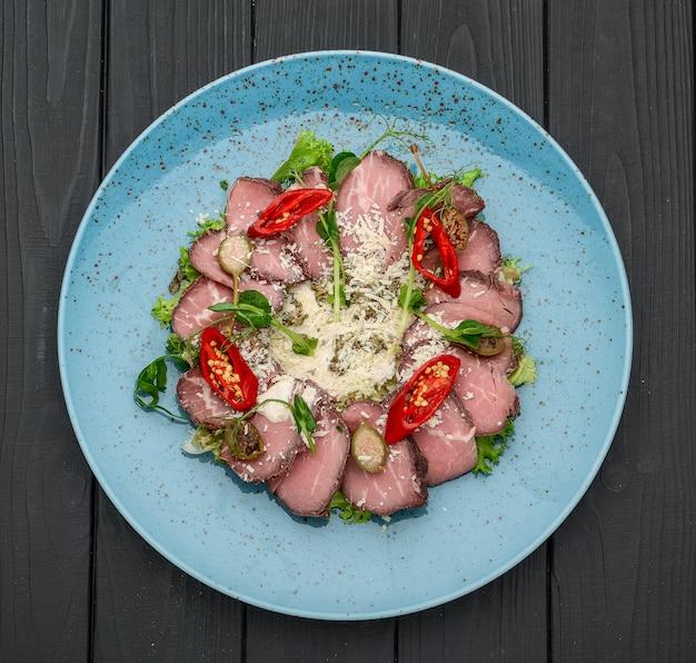 Vitela marmoreada cozida a baixa temperatura com legumes e salada