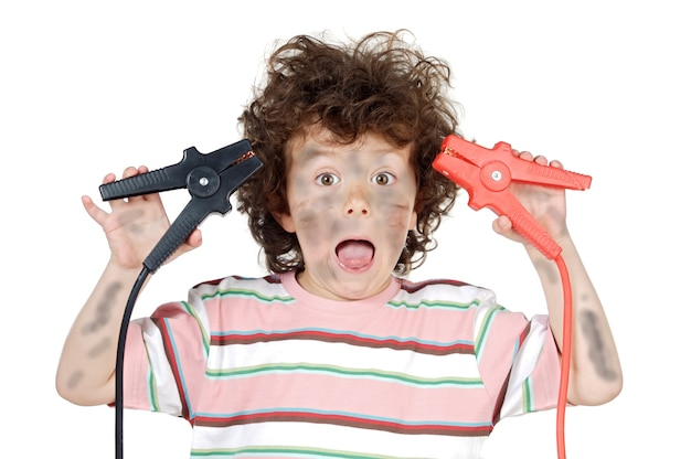 Vítima de criança adorável com eletricidade sobre fundo branco