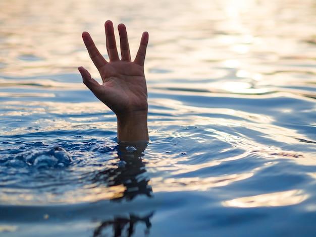 Vítimas de afogamento, mão de homem se afogando precisando de ajuda