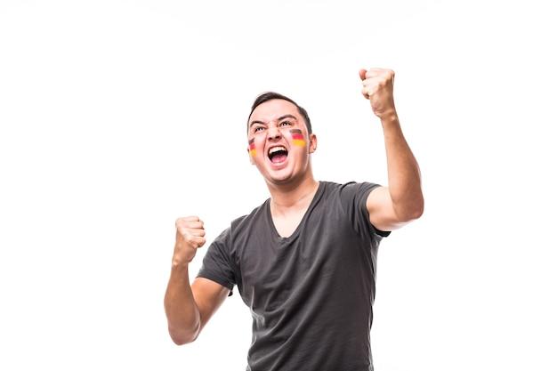 Vitória da alemanha. vitória, felicidade e emoções de grito de golo do fã de futebol da alemanha no apoio ao jogo da seleção da alemanha em fundo branco. conceito de fãs de futebol.