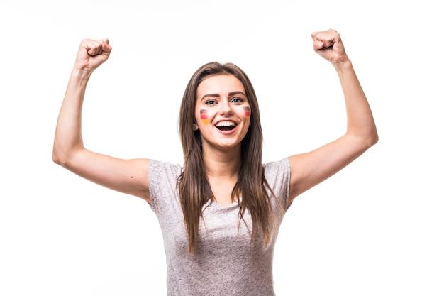 Vitória da alemanha. vitória, felicidade e golo gritam emoções do fã de futebol mulher alemanha no suporte de jogo da seleção da alemanha em fundo branco. conceito de fãs de futebol.