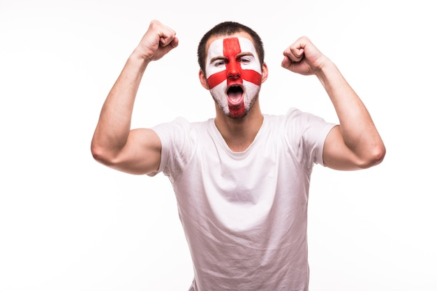 Vitória, felicidade e emoções de grito de gol do fã de futebol britânico no suporte de jogo da seleção nacional da inglaterra em fundo branco.