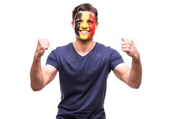 Vitória, felicidade e emoções de grito de golo do fã de futebol da bélgica no apoio ao jogo da seleção belga em fundo branco.