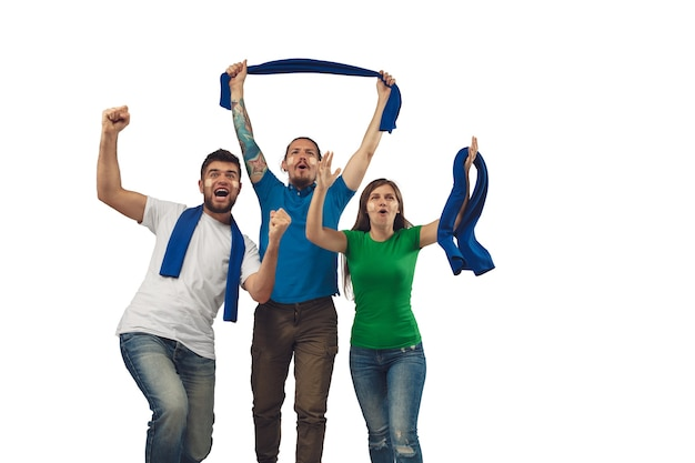 Vitória. três fãs de futebol, mulher e homens torcendo pelo time de esporte favorito, com emoções brilhantes, isoladas no fundo branco do estúdio. parecendo animado, apoiando. conceito de esporte, diversão, apoio.