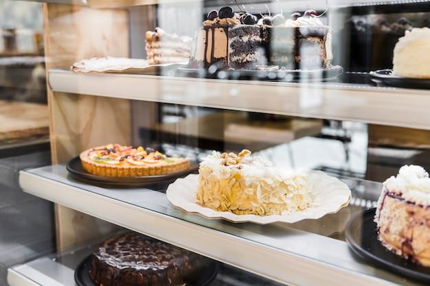 Vitrine com deliciosos bolos em padaria