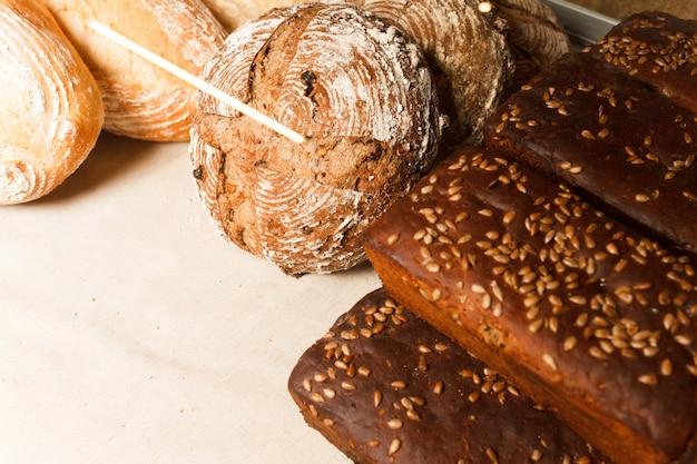 Vitrine com diferentes tipos de pão fresco feito à mão. padaria