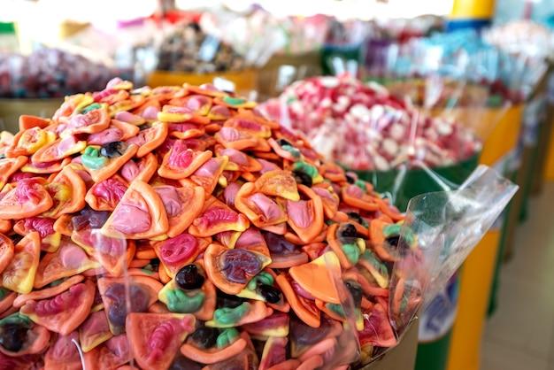 Vitrine com doces coloridos, gomas e geléias.