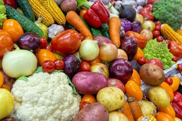 Vitrine com muitos legumes e frutas