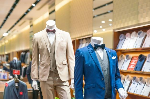 Vitrine de roupas elegantes de homens