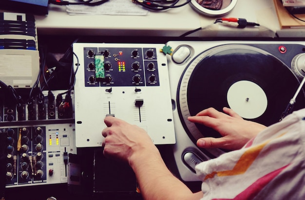 Vitrola de vinil com disco e agulha, hip hop e dj clássico,
