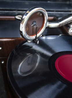 Vitrola vintage velha toca discos de vinil gramofone (fonógrafo)