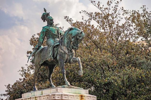 Vittorio emanuele cavalga uma estátua de cavalo em verona, na itália, na praça bra