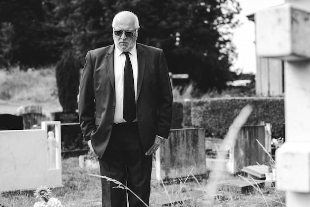 Viúvo solitário luto no cemitério