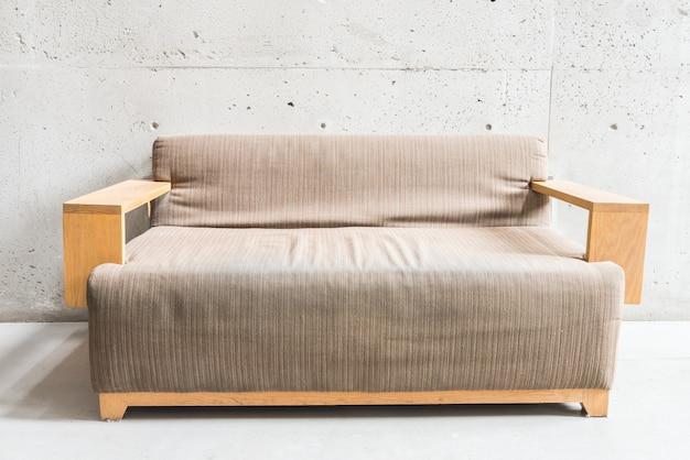 Vivendo sofá de couro do vintage de madeira