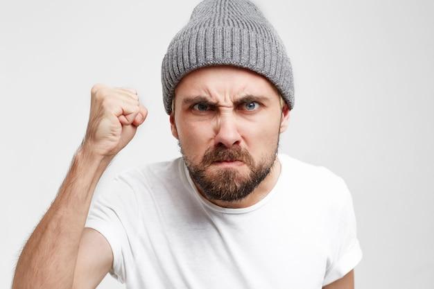 Vizinho em frente à porta, veio discutir, zangado, com o punho levantado, veio bater na porta ver através do olho mágico