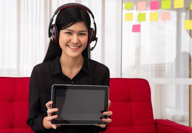 Vlog mulher asiática blogueira influenciadora sentada no sofá em casa gravando videoblog para ensinar alunos Foto Premium