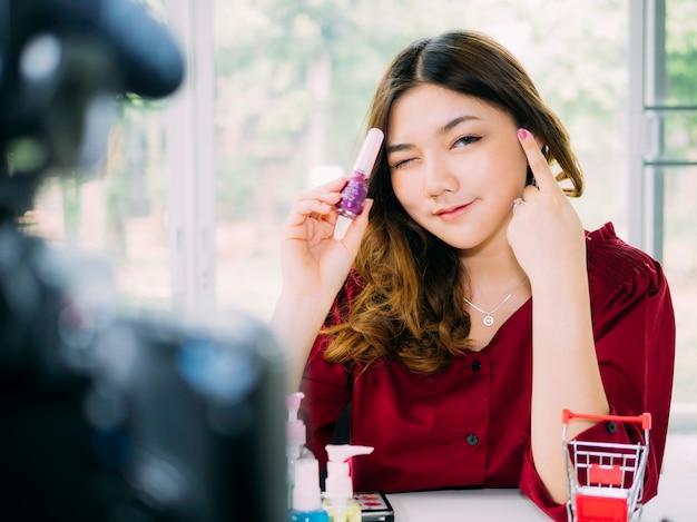 Vloger mulheres bonitas usam internet on-line rever sua marca de cosméticos