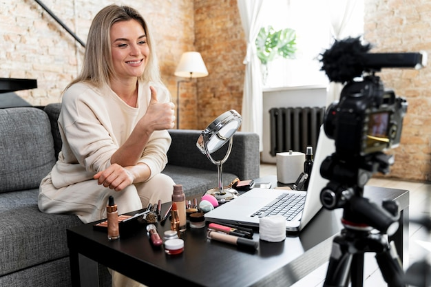 Vlogger de beleza fazendo um vídeo em casa