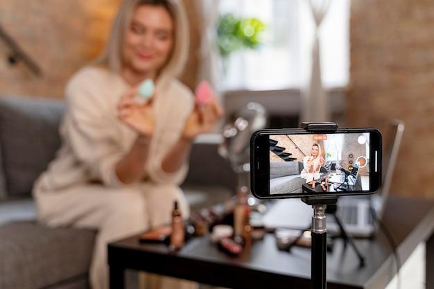 Vlogger de beleza fazendo um vídeo para seus seguidores