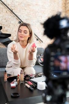 Vlogger de beleza fazendo um vídeo
